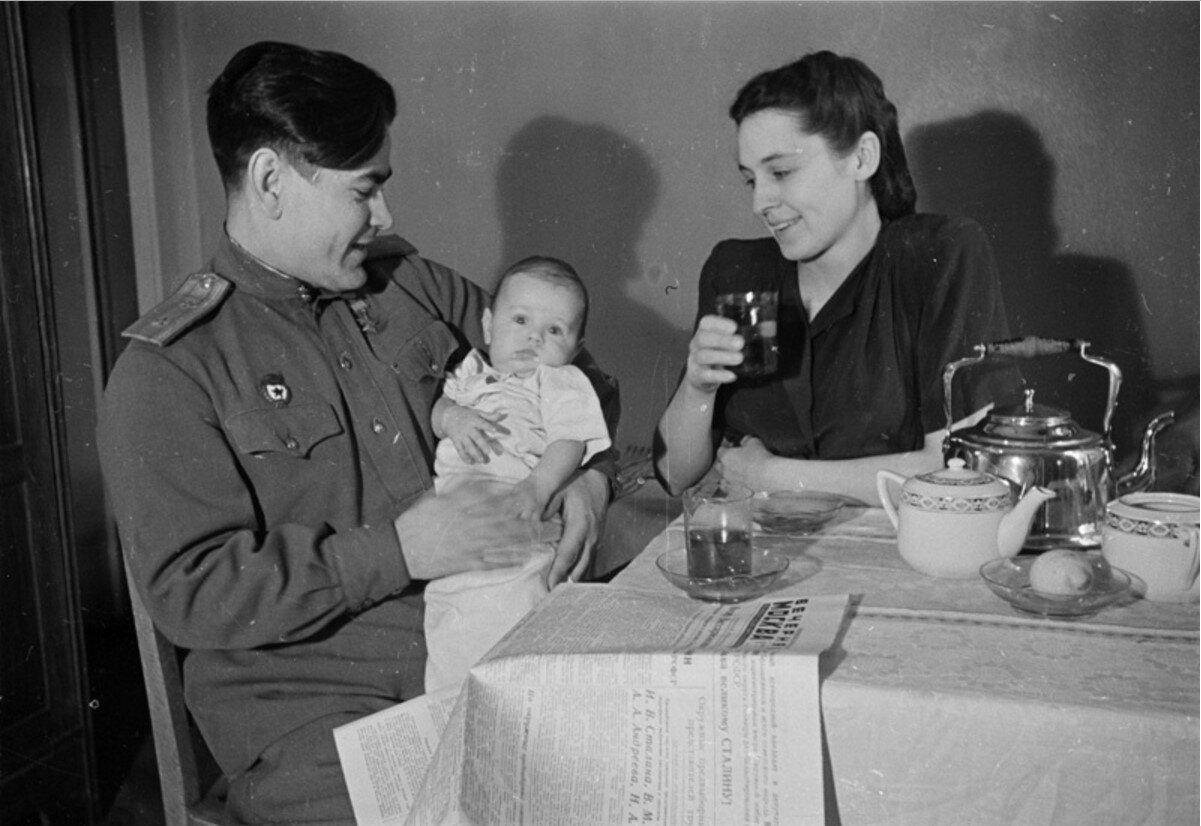 1946. Алексей Маресьев с женой Галиной и сыном Виктором
