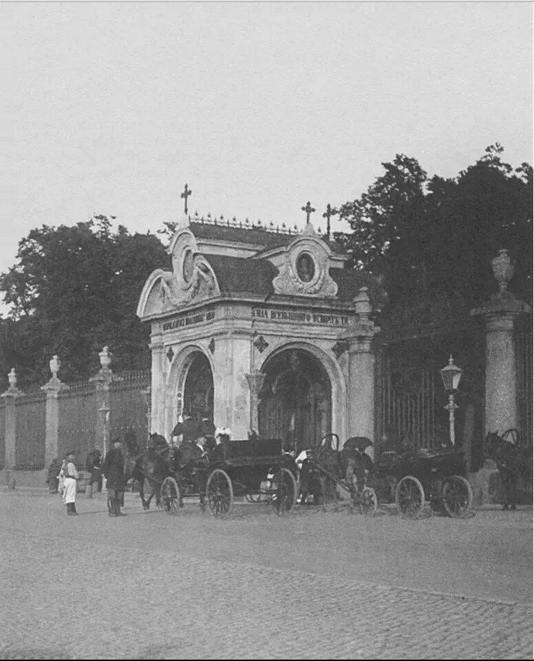 Извозчики у часовни Александра Невского в ограде Летнего сада. 1900-е.