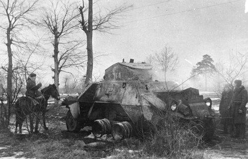 Партизаны из соединения С.А. Ковпака осматривают подбитый австрийский БА ADGZ.
