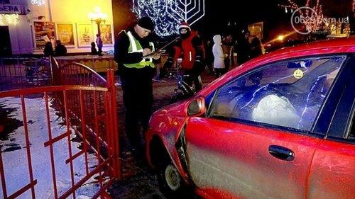Пьяный полицейский в Мариуполе протаранил ёлку своим авто