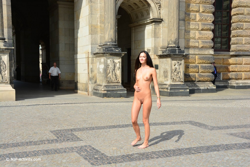 Обнаженная Кира прогулялась по Дрездену