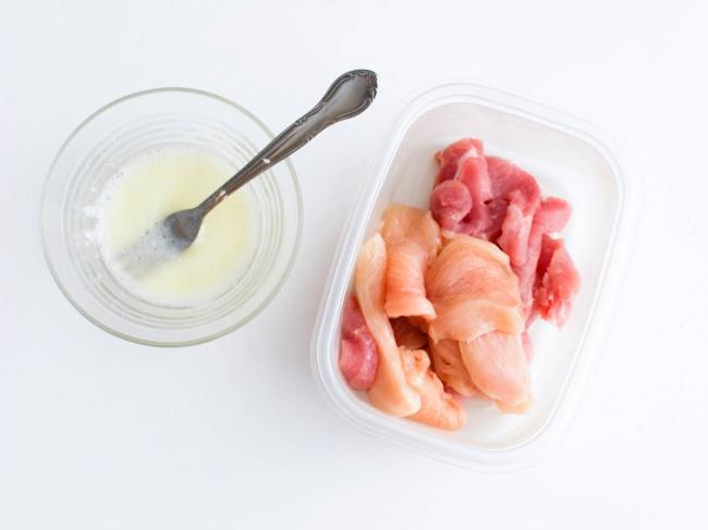 © seriouseats  Используйте яичный белок и1ч.л. кукурузного крахмала, чтобы приготовить идеа