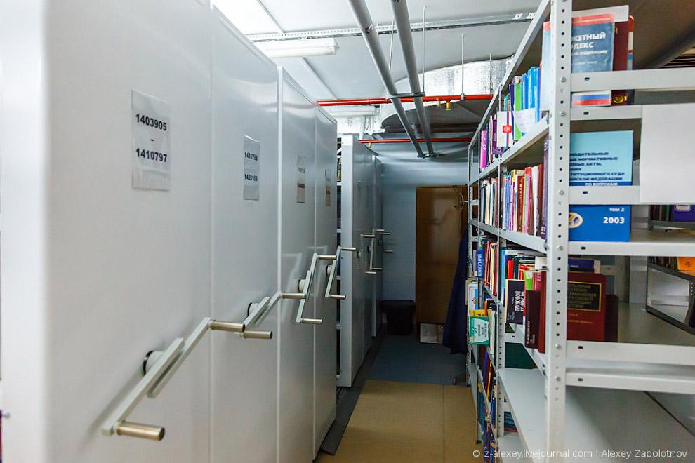 По этим номерам сотрудник находит нужный стеллаж и далее уже ищет нужную книгу. При этом в книг