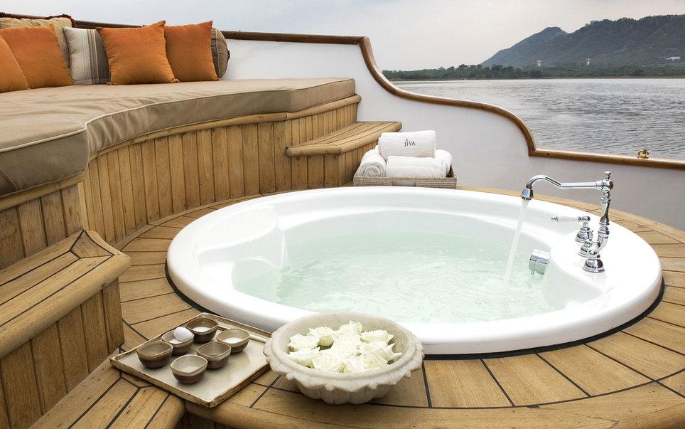 6. Гостям индийского курорта Taj Lake Palace предлагают прокатиться на спа-лодке. Имеется и большая