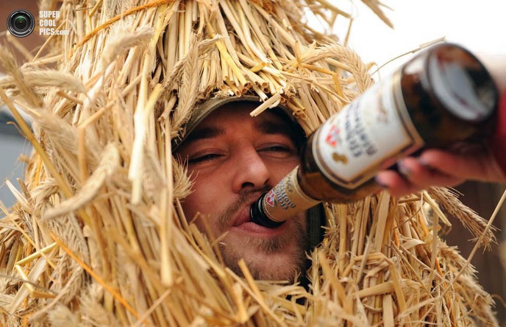 Какой же немец без пива, даже если он «соломенный медведь»? (UWE ZUCCHI/AFP/Getty Images)