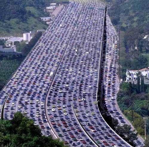 Миллионы китайцев оказались узниками стокилометрового затора на окраине Пекина 14 августа 2010 года.