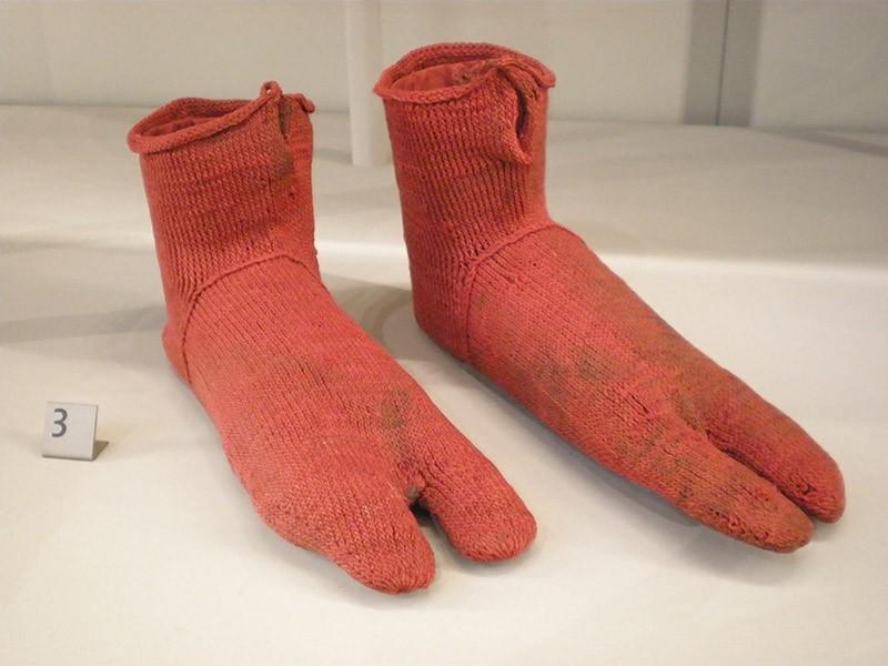 Эти египетские шерстяные носки, создававшиеся, чтобы носить их под сандалии, были связаны где-то в п