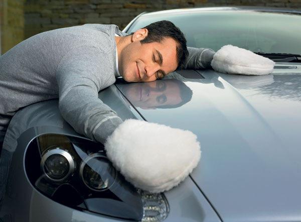 Если вы разлили кофе на сиденье своей машины, в первую очередь удалите остатки жидкости бумажным пол