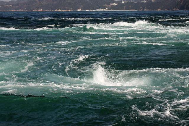 Вращающаяся наогромной скорости масса воды образует воронку, которая затягивает нетолько людей, но