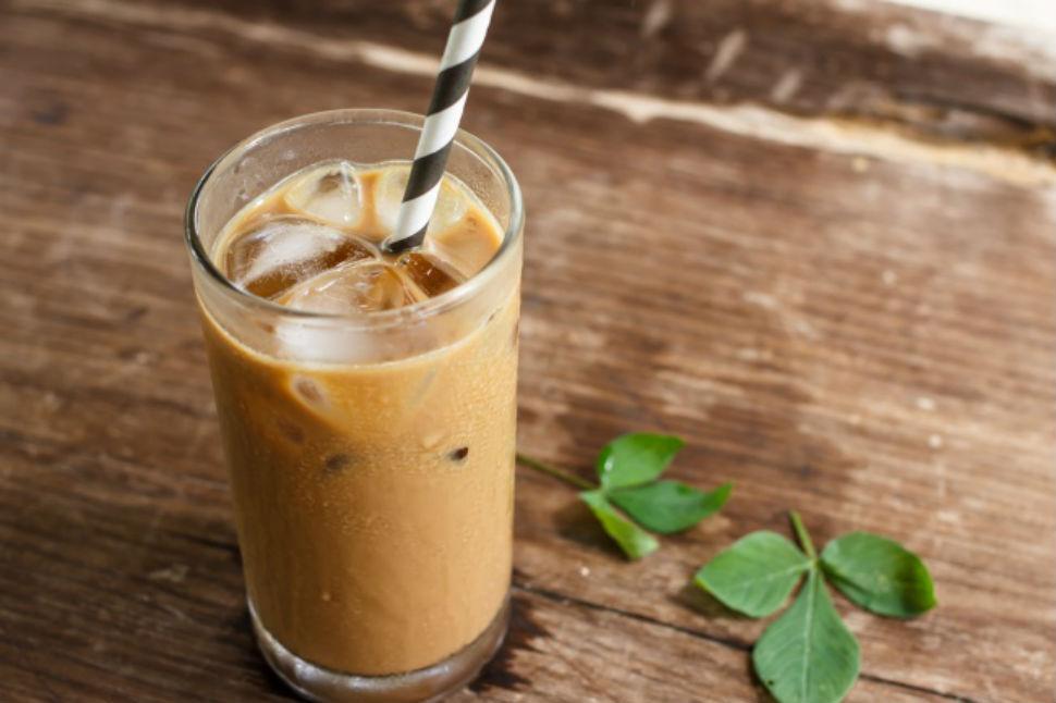 Ямайский кофе со льдом Вам понадобятся: 30 г темного рома 30 г кофейного ликера 3 ст. л. взбитых сли