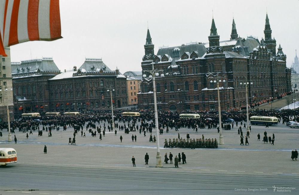 Траурную процессию похорон Сталина показывали и раньше, но так — никогда. Необработанная съемка с ба