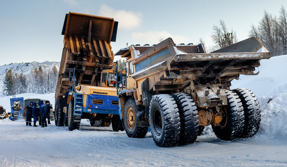 3. Оставшиеся 30% руды добывают в шахте. Причем, шахта находится в той же горе, что и карьер. И