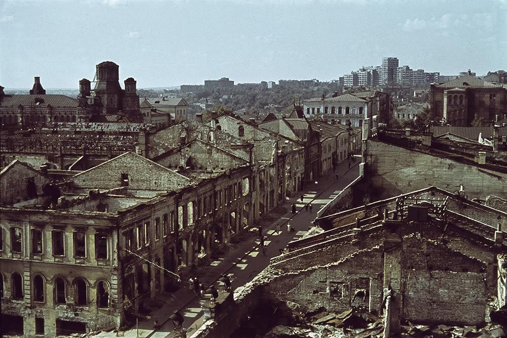 2. Прохожие на одной из пострадавших в результате бомбардировок центральных улиц Харькова. На горизо