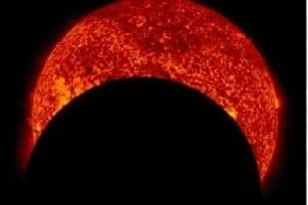 NASA обнародовало видеоматериал, накотором показано как Солнце перекрыло Луну на59%