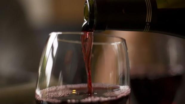 Ученые: Курильщикам стоит пить красное вино для защиты сосудов