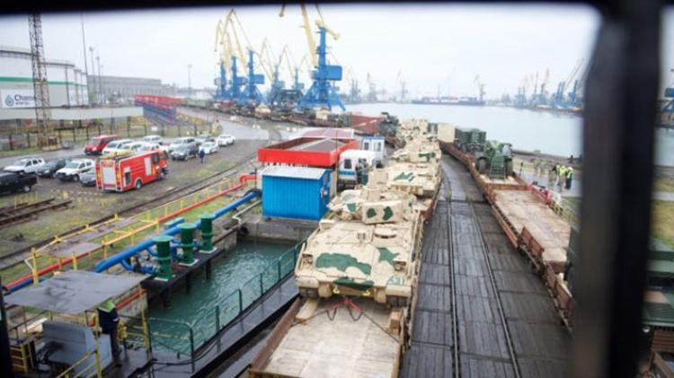 Сотни танков изсоедененных штатов прибыли для размещения вВосточной Европе