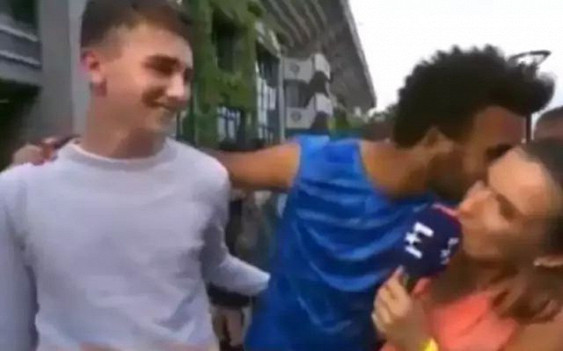 Теннисиста дисквалифицировали на«Ролан Гаррос» запоцелуй репортера