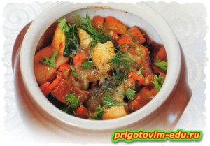 Говядина с цукини и морковью в горшочке под сыром