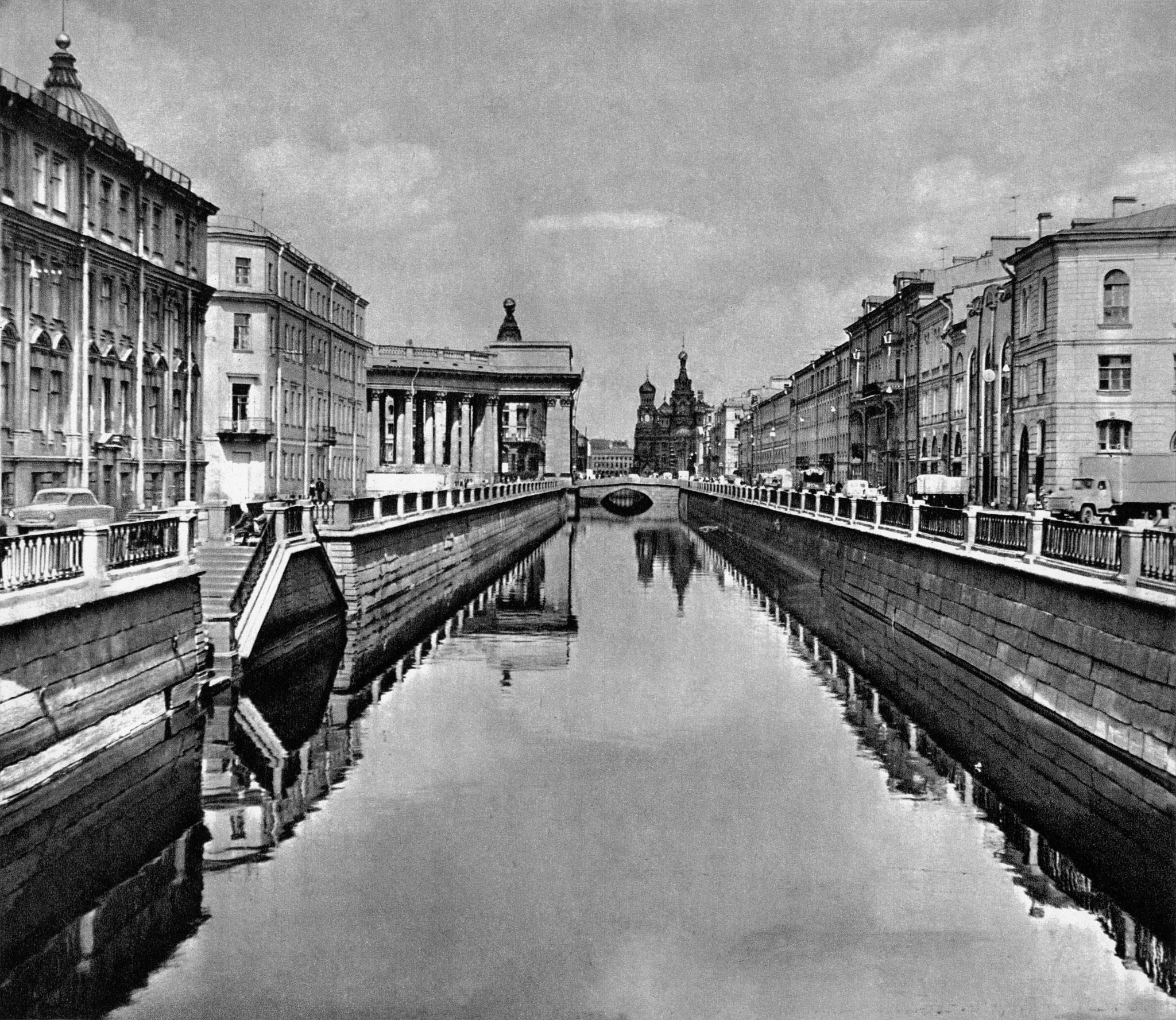 Канал Грибоедова. Вдали – Казанский мост / Griboyedov Canal with Kazan Bridge in the distance