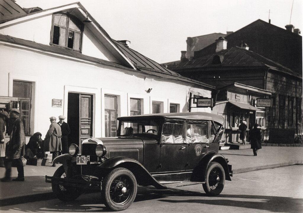 24802 Первое отечественное такси ГАЗ-А. Самотечная площадь сер. 1930-х гг..jpg