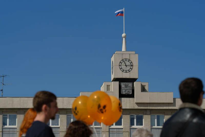 администрация Каменска-Уральского, часы, флаг и люди