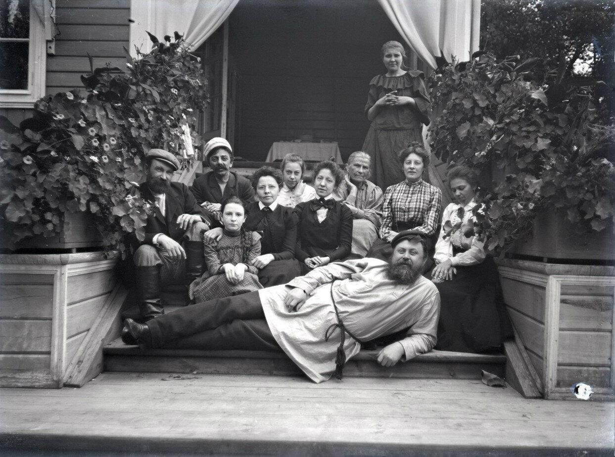 1900-е. Мария Васильевна Вострякова в кругу близких