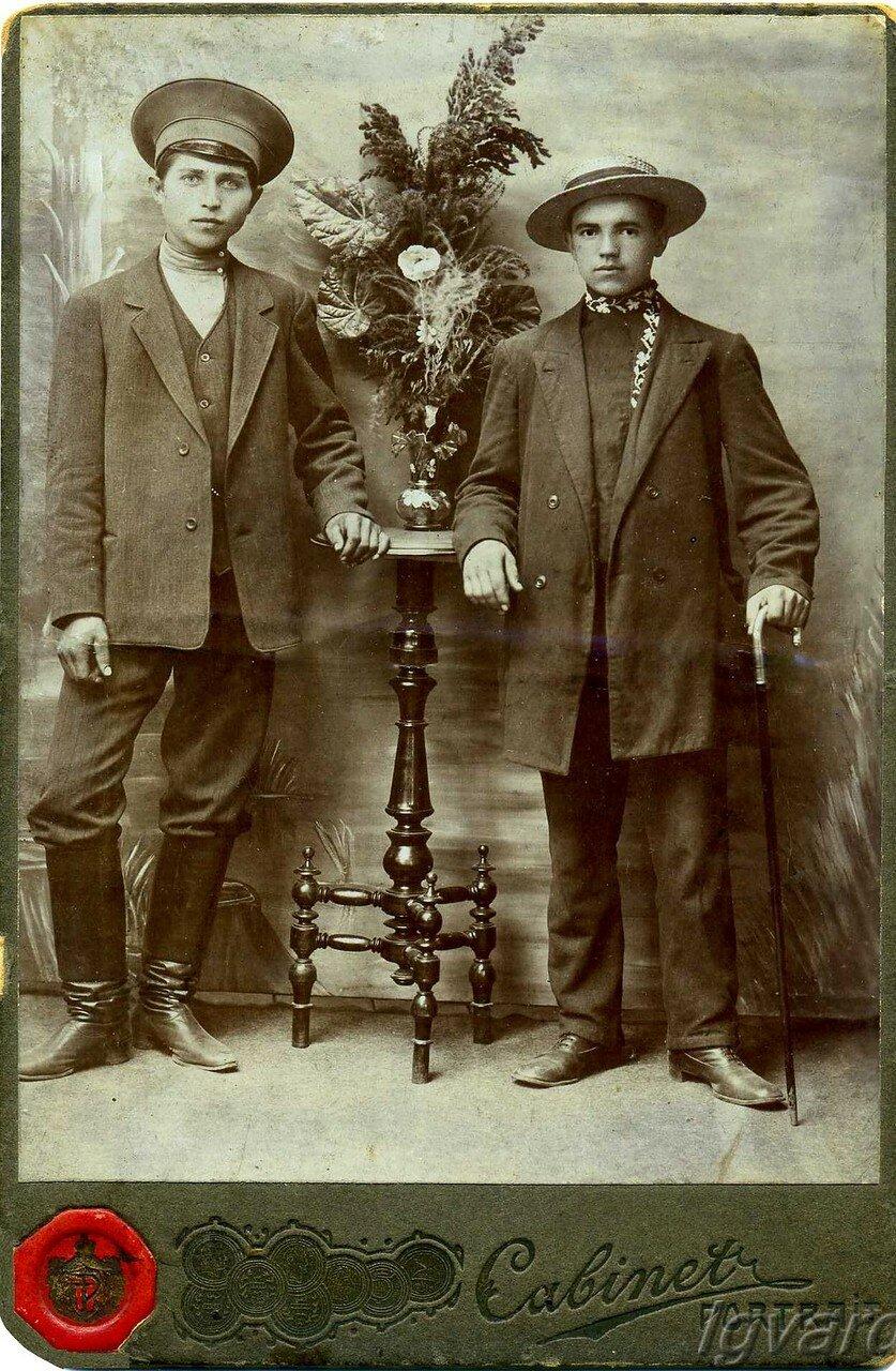 Чмырев Алексей Романович (слева). 1901