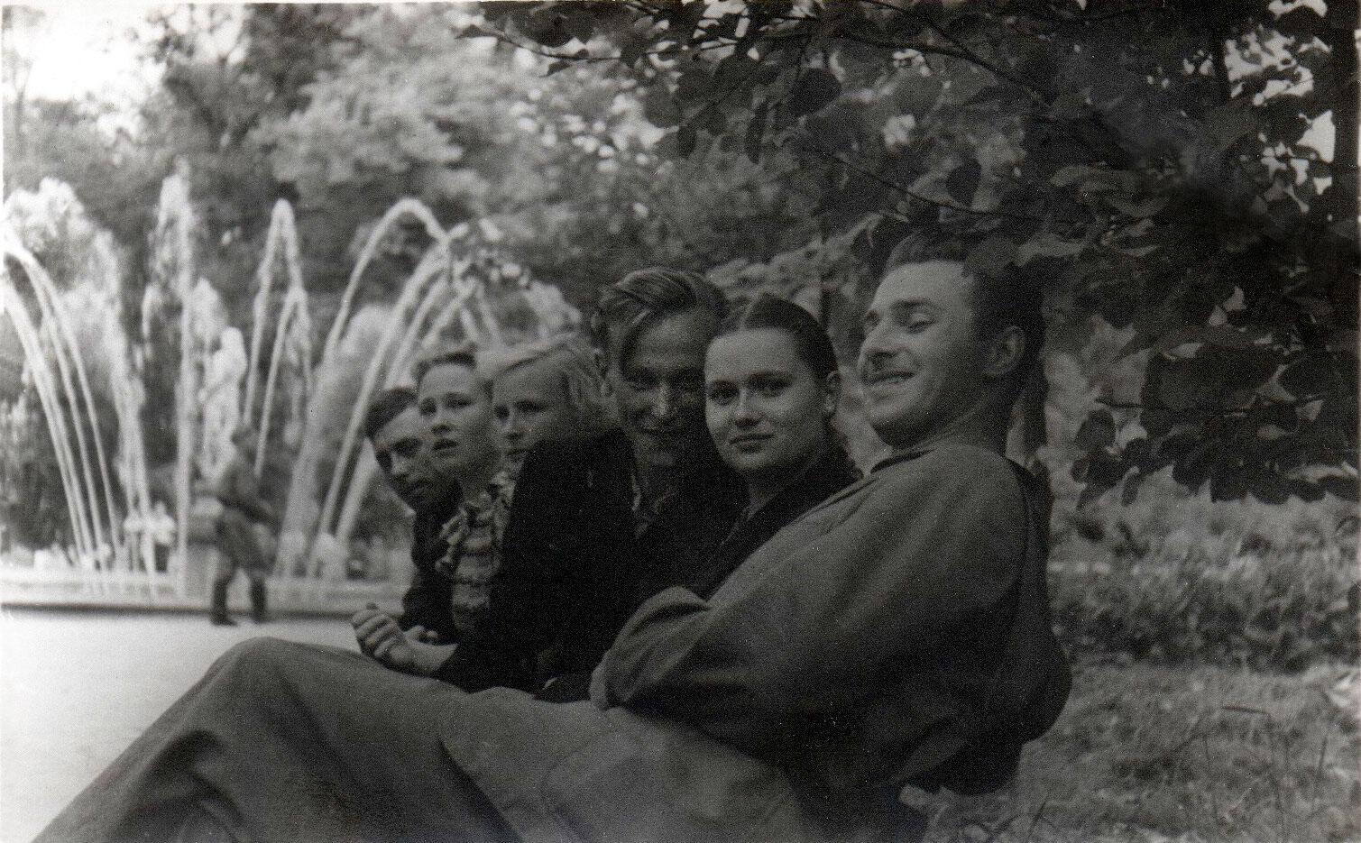 1954. У фонтана «Адам»