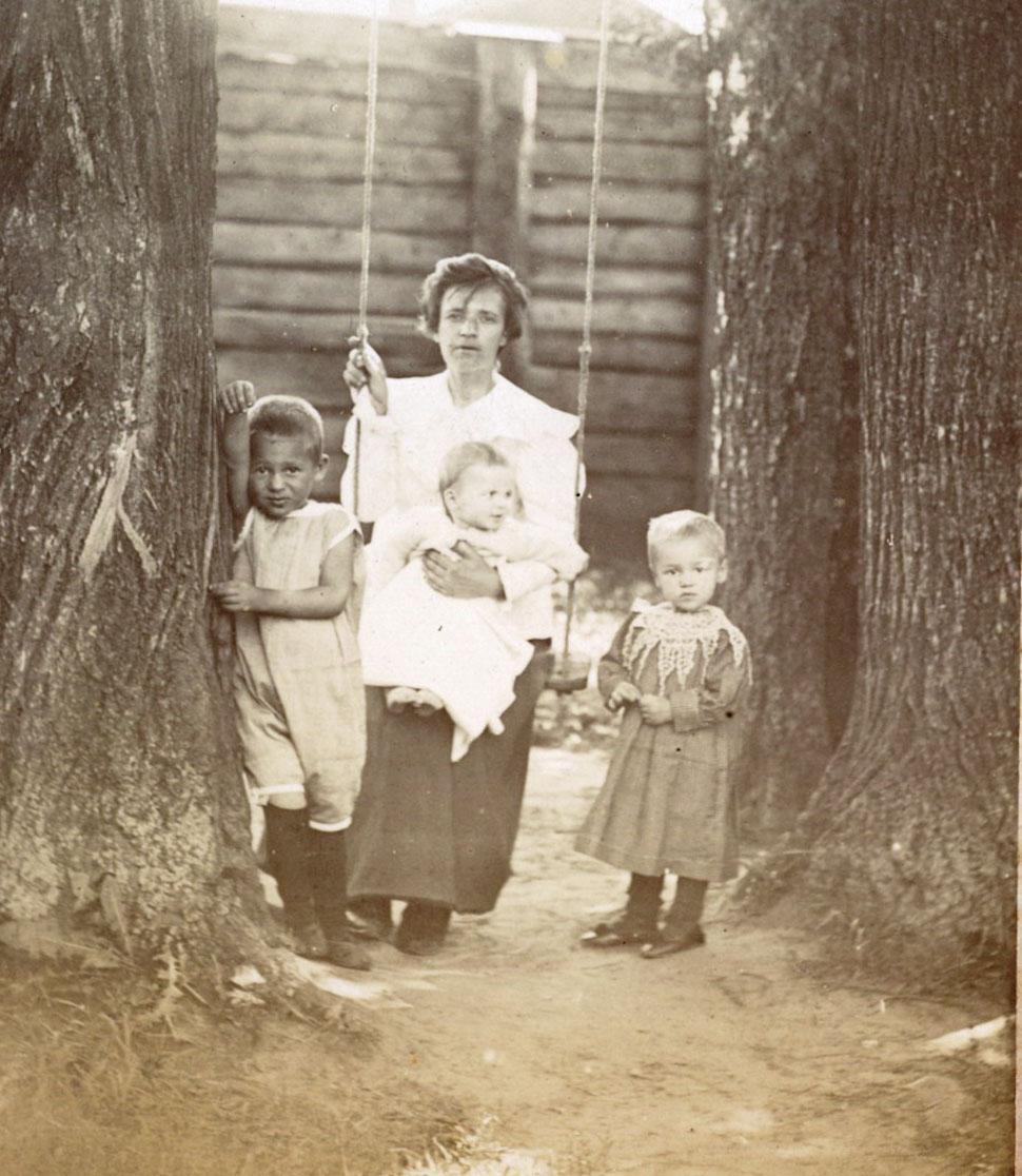 Во дворе дома Мяздриковых. сер. 1890-х