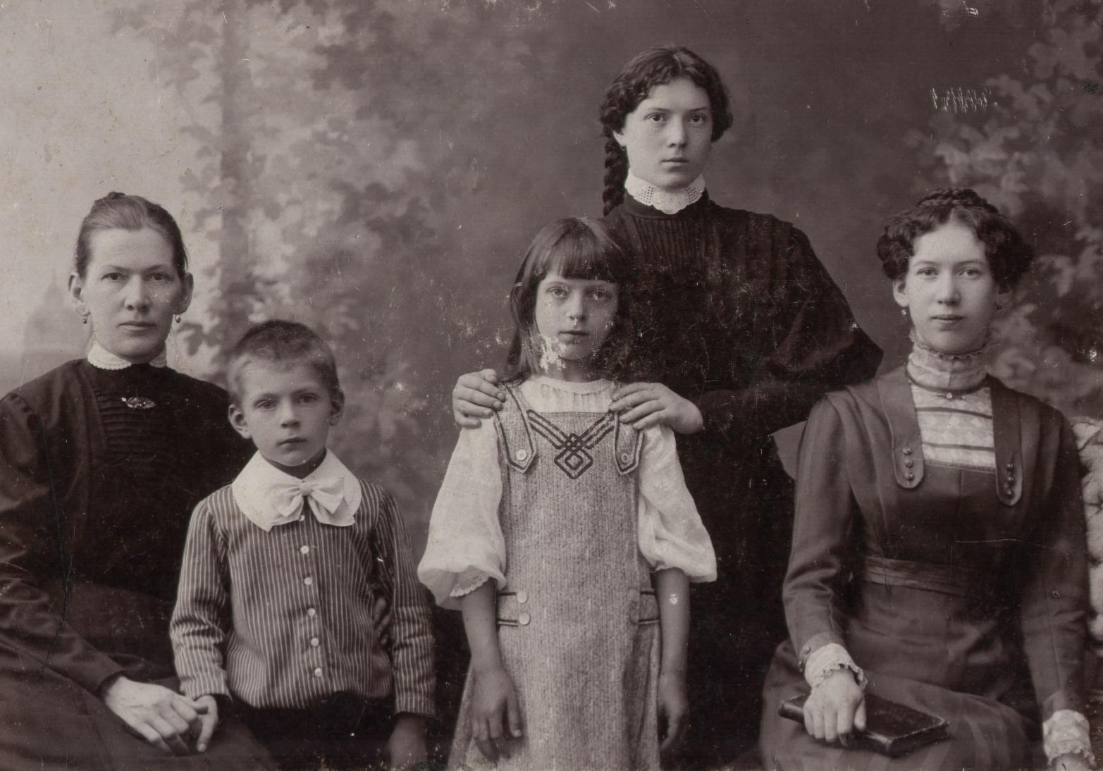 Семья Тагуновых. Первая слева мать Тагуновых (в девичестве Сосунова), второй – сын Серафим, третья – дочь Фаина, четвертая – дочь Елена, пятая (стоит) – дочь Анна. 1910