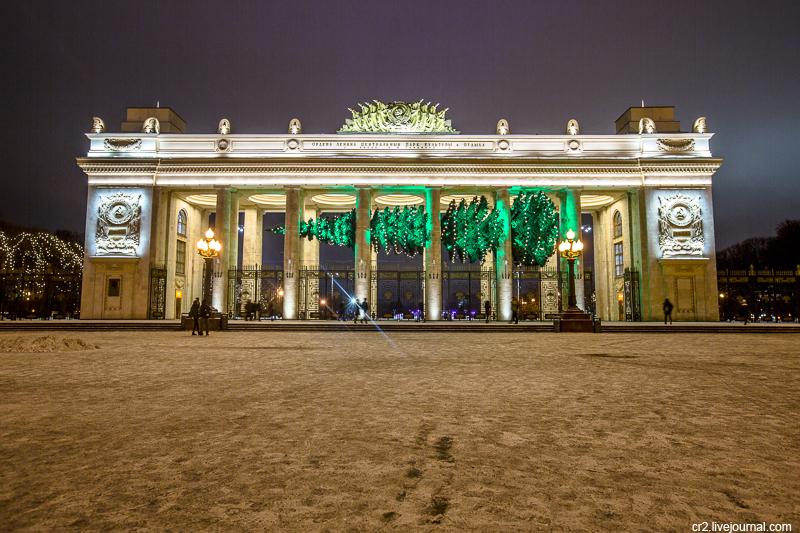 Москва. Горизонтальная ёлка у Парка Горького