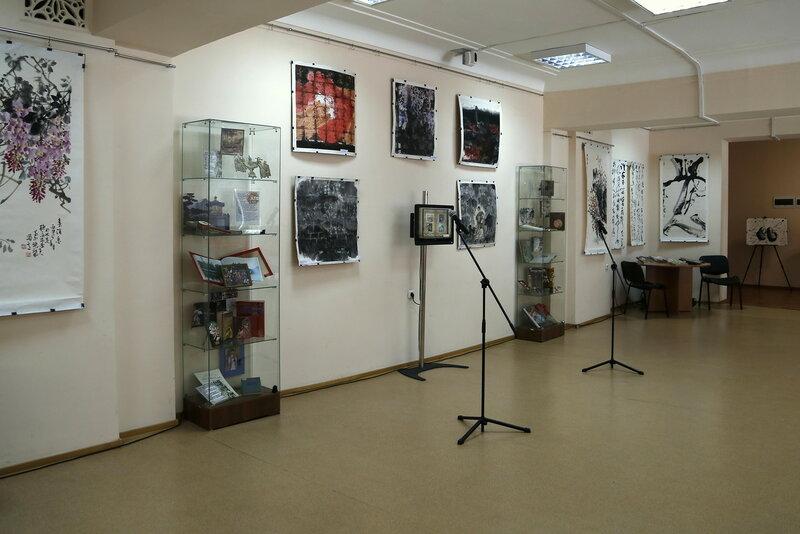 1.Часть выставочного пространства. Незадолго до открытия. На стенах работы именитых китайских художников..JPG