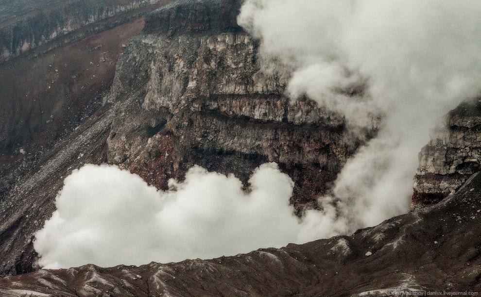 22. Подходить близко страшновато — края кратера сильно нависают над краем и кажется, что могут
