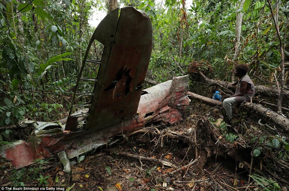 Крыло японского истребителя так и торчит в густых джунглях острова Гуадалканал.
