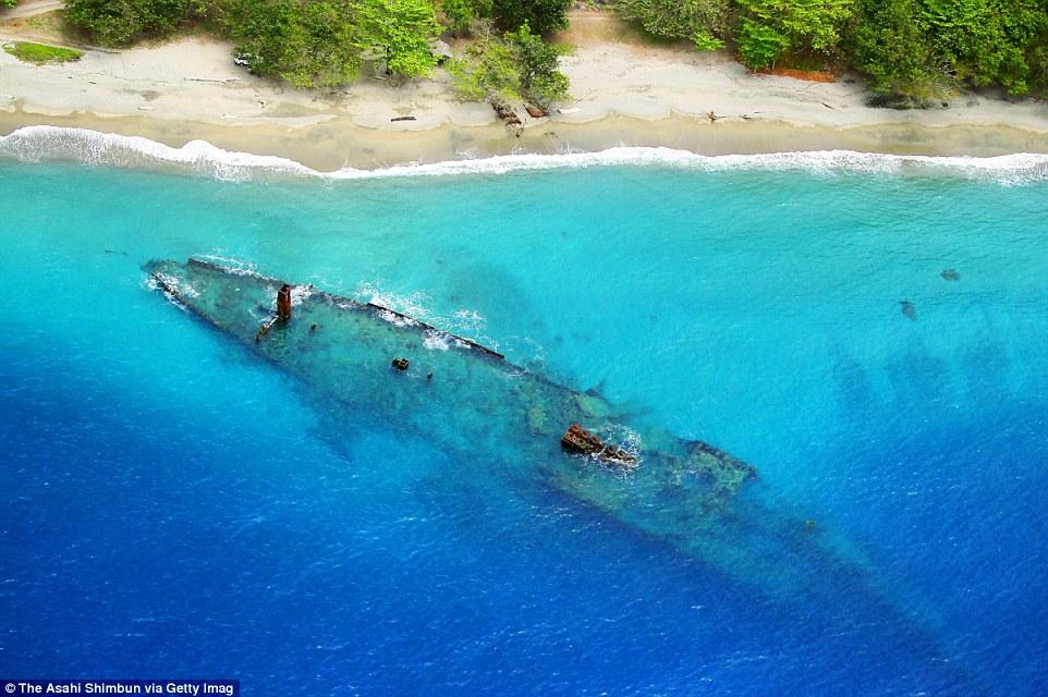 Японское транспортное судно «Кинугава Мару» у берега острова Гуадалканал.