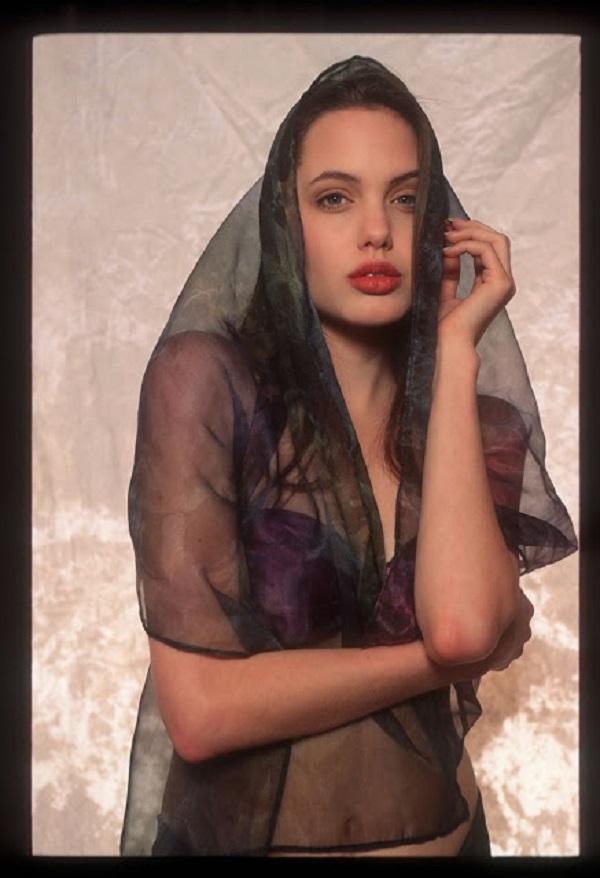 Что ни говори, а природной привлекательностью природа наградила Анджелину еще в столь юном возрасте.