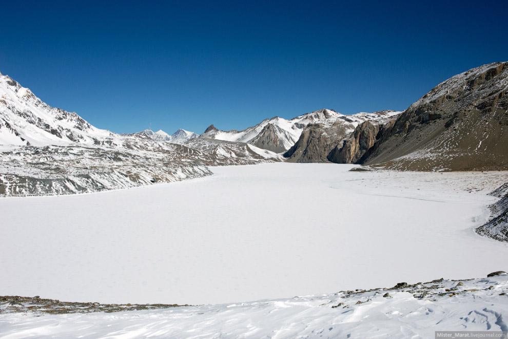 12. Вот так озеро выглядит в ноябре: (copyright — National Geographic):