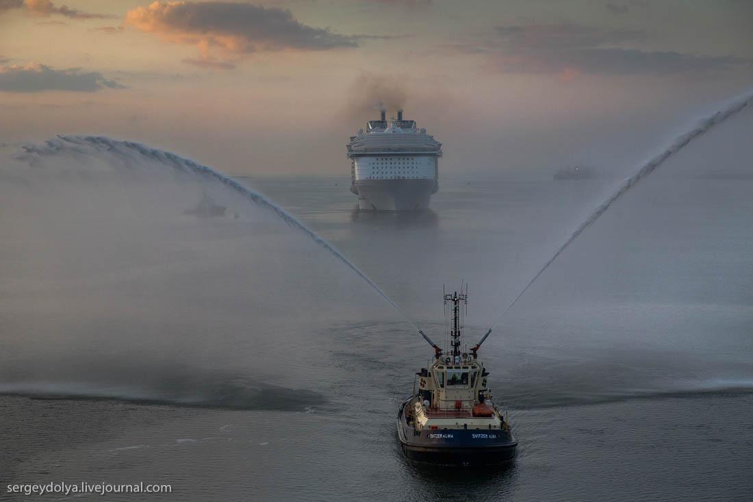 Общие планы лайнера. Это реально огромнейшая штука, гигантский Ноев ковчег водоизмещением 227 500 то