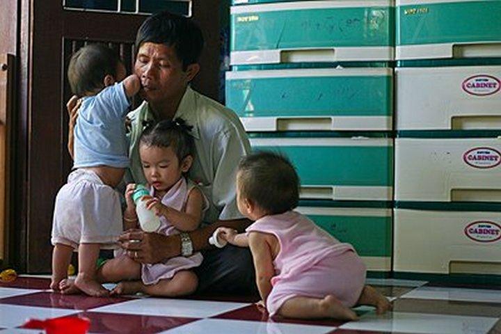 Сочувствуя чужим бедам, Тонг согласился отдавать детей обратно матерям, когда их финансовые и семейн