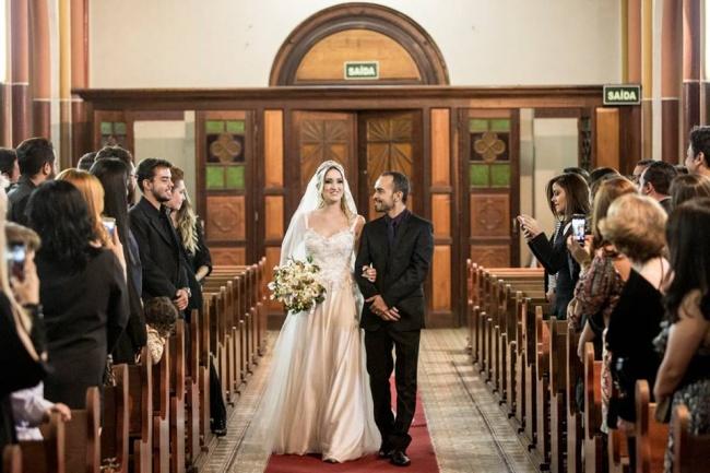 Лаура, как можно догадаться, фотографировала эту подставную свадьбу. Вразгар церемонии кней подошл