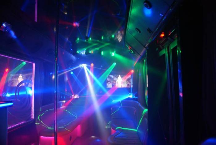 Пати бас - это полноценный ночной клуб на колёсах. Он оснащен современной аудио- и видеоаппаратурой,