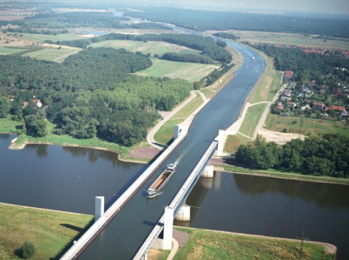Магдебургский водный мост в Германии. Два поля — лавандовое и пшеничное
