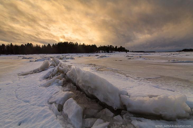 2. Лед в заливе был покрыт трещинами, торосами. Кое-где ледяные фигурки принимали фантастические обр