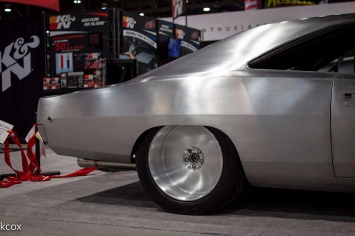 Даже не уверен, почему. Может быть дело в этих колёсах необычного дизайна, идеально вписавшихся в об