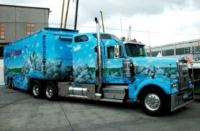 18-колесный грузовик Kenworth с видами природы. В аэрографии популярны геометрические узоры, изображ