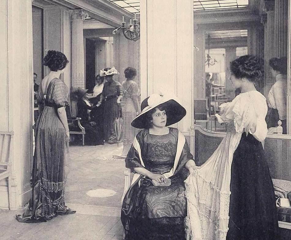 В салонах мод работали девушки-модели, выходившие к клиентам, чтобы продемонстрировать наряды, котор