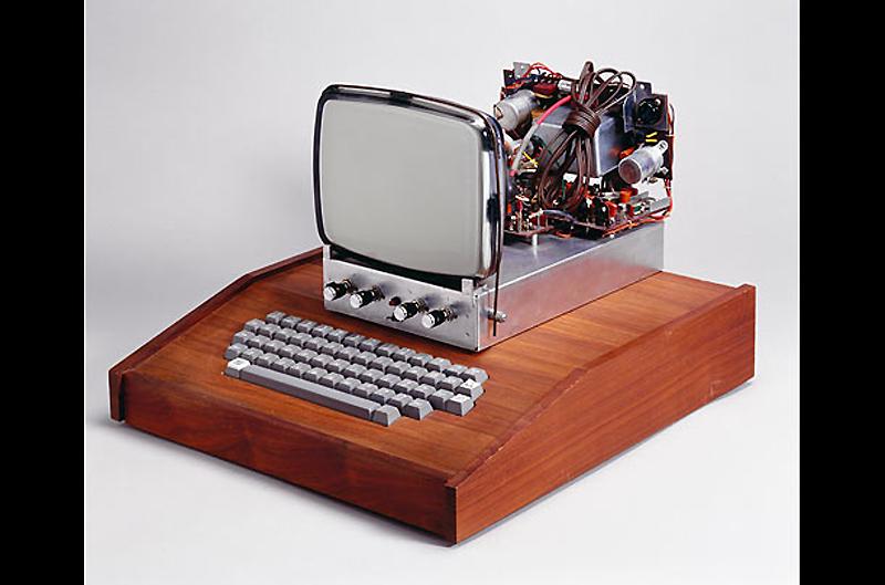 10. Apple I, 1976 год. Изначально сконструированный Стивом Возняком как компьютер класса «сделай сам