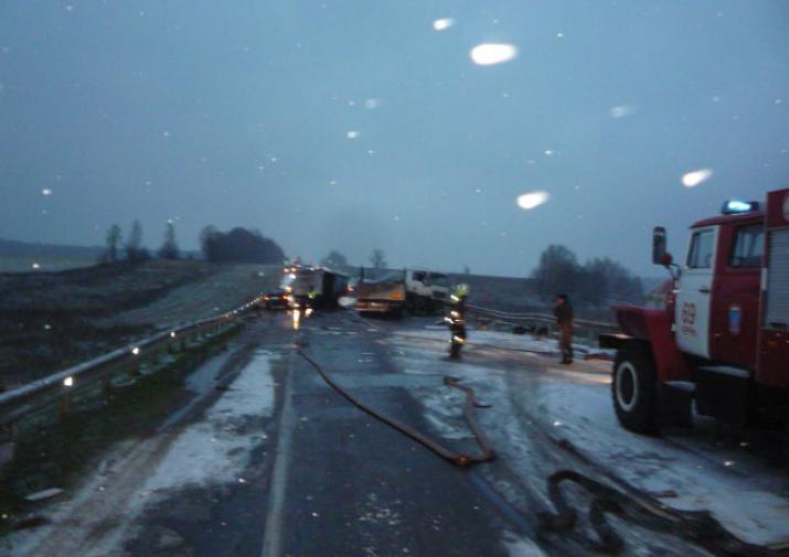 Под Тулой столкнулись три грузового автомобиля, один человек умер