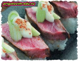 Суши с говядиной и луком пореем