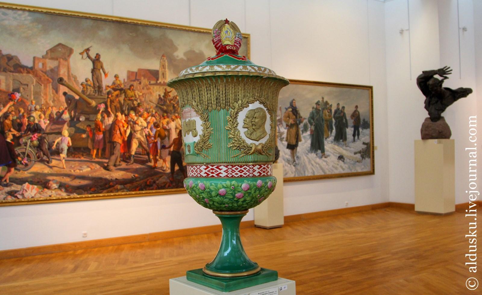 Михолап Н.П. (1886–1979) Декоративная ваза «Беларусь Советская». 1955. Фаянс, лепной рельеф, роспись, цветная глазурь, матовое золото